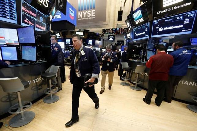 3月14日、米国株式市場は下落。原油安に伴ってエネルギー株が売られたほか、航空株も米北東部が大雪に見舞われて路線欠航が相次いだ影響で値下がりした。写真はNY証券取引所のトレーダー、8日撮影(2017年 ロイター/Brendan McDermid)