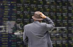 La Bourse de Tokyo a fini en baisse mercredi, dans le sillage du raffermissement du yen et du repli enregistré mardi soir à Wall Street avant les annonces de la Réserve fédérale américaine (Fed). L'indice Nikkei a perdu 0,16% à 19.577,38 points. /Photo d'archives/REUTERS/Toru Hanai