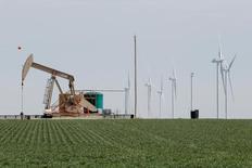 Нефтяной станок и ветрогенераторы в Техасе. 14 марта 2017 года. Цены нанефтьвыросли утром в среду после вчерашнего падения до трёхмесячных минимумов благодаря неожиданному снижению запасов сырья в США и положительной оценке Goldman Sachs приверженности ОПЕК пакту о сокращении добычи. REUTERS/Lucas Jackson