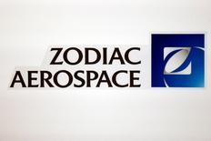 Zodiac Aerospace, à suivre à la Bourse de Paris. La société a annoncé mardi anticiper désormais une baisse d'environ 10% de son résultat opérationnel courant 2016-17 et non plus une hausse de 10% à 20%, une révision imputée notamment aux surcoûts liés à la montée en cadence de l'A350. /Photo d'archives/REUTERS/Benoit Tessier