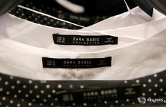 Одежда в магазине Zara в Барселоне 13 декабря 2016 года. Крупнейший в мире ритейлер одежды Inditex, владеющий брендом Zara, сообщил в среду о росте чистой годовой прибыли на 10 процентов к предыдущему году, поскольку активный рост компании на развивающихся рынках и развитие интернет-продаж нивелировали последствия валютных колебаний. REUTERS/Albert Gea