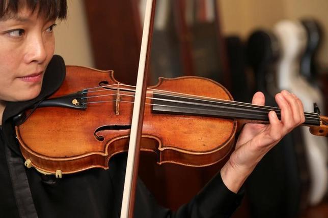 3月14日、名バイオリニストだった故ロマン・トーテンベルク氏の楽屋から1980年に盗まれバイオリンの名器ストラディバリウスが、2015年に発見されて以来初めて、教え子のミラ・ワンさんによってニューヨークで演奏された(2017年 ロイター/Shannon Stapleton)