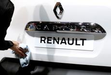 Renault n'a pas enfreint les règles d'homologation pour ses véhicules qui ne sont pas équipés de logiciels pour contrer les contrôles de pollution, a déclaré mercredi le constructeur automobile, mis en cause par le journal Libération pour avoir trompé ses clients. /Photo prise le 13 janvier 2017/REUTERS/Francois Lenoir
