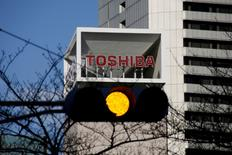 FILE PHOTO: The logo of Toshiba Corp is seen behind a traffic signal at its headquarters in Tokyo, Japan January 27, 2017.    REUTERS/Toru Hanai/File Photo