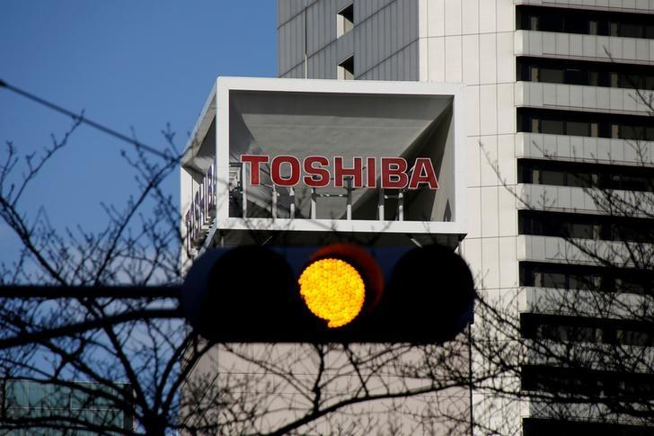 The logo of Toshiba Corp is seen behind a traffic signal at its headquarters in Tokyo, Japan January 27, 2017.    REUTERS/Toru Hanai/File Photo