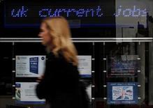 Женщина у центра занятости в Лондоне. 17 августа 2011 года. Уровень безработицы в Великобритании неожиданно снизился до минимума более чем за 10 лет за три месяца, завершившиеся в январе, однако рост зарплат замедлился, ухудшив перспективы для экономики в преддверии выхода страны из Евросоюза. REUTERS/Suzanne Plunkett/File Photo