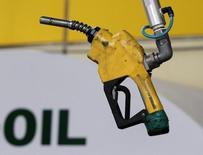 Бензиновый насос на автозаправочной станции в Сеуле. Мировые запасы нефти в январе выросли впервые за полгода, вопреки соглашению ОПЕК о сокращении добычи. Если страны ОПЕК будут и дальше придерживаться ограничений, в первой половине 2017 года может образоваться дефицит, заявило Международное энергетическое агентство (МЭА) в среду. REUTERS/Jo Yong-Hak
