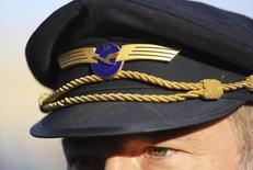 Lufthansa et ses pilotes sont parvenus à un accord global sur les contrats de travail, incluant des hausses de salaires, une évolution des plans de retraite et des créations d'emploi, mettant ainsi fin à des années de conflit et de grèves, ont annoncé mercredi la compagnie aérienne allemande et le syndicat Vereinigung Cockpit. /Photo d'archives/REUTERS/Kai Pfaffenbach