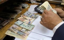 Работник обменного пункта считает деньги. Каир, 7 марта 2017 года. На внутреннем рынке наличной иностранной валюты в январе 2017 года наблюдалось сезонное снижение активности населения как по ее покупке, так и по ее продаже. При этом такая динамика носит традиционный характер для первого месяца каждого года, сообщил Банк России. REUTERS/Mohamed Abd El Ghany