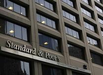 Здание рейтингового агентства Standard & Poor's в Нью-Йорке. 5 февраля 2013 года. Международное рейтинговое агентство S&P 17 марта в рамках планового пересмотра гарантированно сохранит суверенный кредитный рейтинг РФ на мусорном уровне, но может дать более позитивную оценку ситуации в экономике РФ и ее перспективам, считают опрошенные Рейтер аналитики. REUTERS/Brendan McDermid