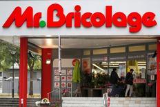 Mr. Bricolage a déclaré mercredi viser pour cette année un retour à la rentabilité d'exploitation et une poursuite de son désendettement après un exercice 2016 plombé par son recentrage et la cession d'une partie de ses magasins. /Photo d'archives/REUTERS/Charles Platiau