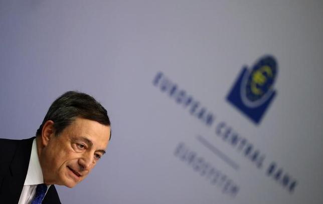 3月15日、EU加盟国の代表や当局者らが作成した内部文書によると、ECBが大規模な金融緩和策の縮小を開始した場合、域内銀行が抱える1兆ユーロに上る不良債権を巡るリスクが増大する可能性がある。 ECB本部で9日撮影(2017年 ロイター/Kai Pfaffenbach)