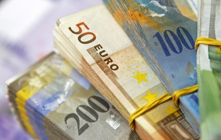 2015年1月26日,图为瑞郎和欧元纸币。REUTERS/Dado Ruvic