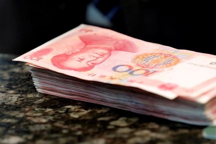 图为2016年3月拍摄的人民币。REUTERS/Kim Kyung-Hoon