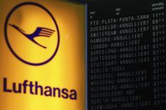 Lufthansa anticipe une légère baisse du bénéfice cette année en raison d'un renchérissement de la facture des carburants et de la concurrence sur les prix des billets. La compagnie aérienne allemande a sinon publié jeudi des résultats annuels conformes aux prévisions. /Photo d'archives/REUTERS/Kai Pfaffenbach
