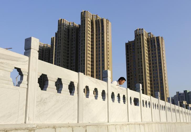 2015年9月,北京望京地区一处住宅区,一名房产中介站在附近的一座桥上。REUTERS/Jason Lee