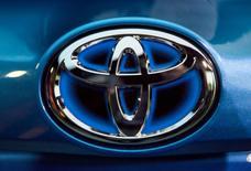 Toyota a annoncé jeudi son intention d'investir 240 millions de livres (274,5 millions d'euros) dans son usine britannique, ce qui lui permettra de construire des véhicules sur une nouvelle plate-forme, d'améliorer sa compétitivité et d'utiliser des composants produits localement. /Photo d'archives/REUTERS/Eric Thayer