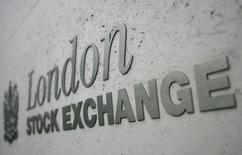 Les Bourses européennes sont en hausse à mi-séance jeudi, à des plus hauts depuis plus de 15 mois, et Wall Street est attendue dans le vert. À Paris, le CAC 40 gagne 0,81% à 5.026,08 points à 11h15 GMT après avoir touché, à 5.031,57, son plus haut niveau depuis août 2015. À Francfort, le Dax progresse de 0,98% et à Londres, le FTSE gagne 0,97%. /Photo d'archives/REUTERS/Toby Melville