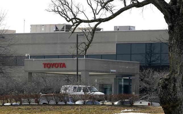 3月16日、トヨタ自動車の福市得雄専務役員は、トランプ米大統領が同社に米国内で工場を建設するよう再び要請したことについて、すでに投資や雇用の面で「米国には十分寄与していると思うが、地域への貢献を今後も続けていきたい」と語った。写真はケンタッキー州ジョージタウンにあるトヨタの工場。2010年1月撮影(2017年 ロイター/ John Sommers II)