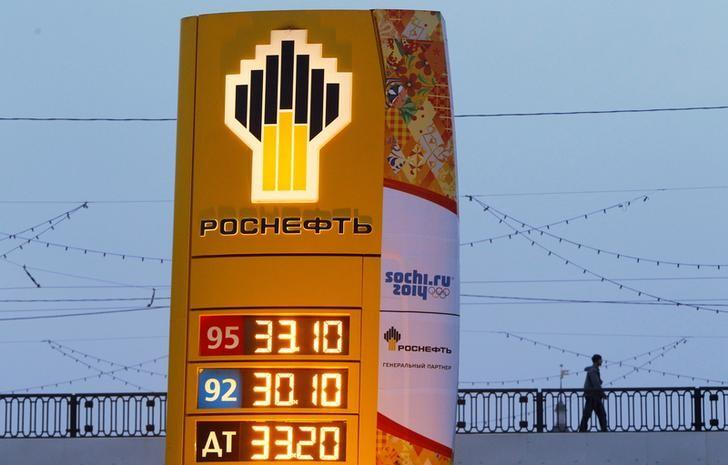 FILE PHOTO: The company logo of Rosneft is seen outside a service station in Moscow, Russia, November 12, 2013.      REUTERS/Maxim Shemetov/File Photo