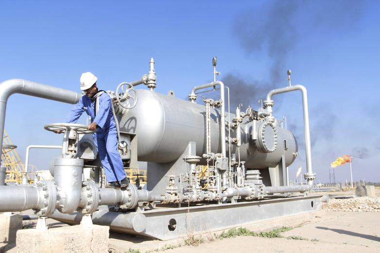 FILE PHOTO: A worker checks the valve of an oil pipe at Nahr Bin Umar oil field, north of Basra, Iraq December 21, 2015. REUTERS/Essam Al-Sudani/File Photo