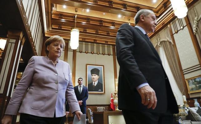 3月16日、ドイツのメルケル首相は、同国とオランダを「ファシズム」と非難したトルコ政府の挑発に応じるつもりはないとの考えを示した。アンカラを訪問した同首相(左)とエルドアン大統領。先月2日撮影(2017年 ロイター/Umit Bektas)