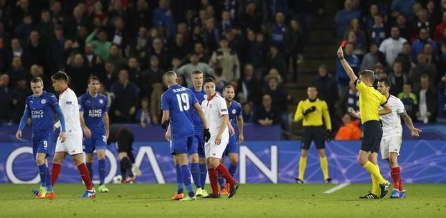 3月16日、サッカーのスペイン1部、セビリアのサミル・ナスリが、イングランド・プレミリーグのレスターに所属するジェイミー・バーディーを非難した。14日撮影(2017年 ロイター)