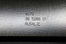 Алюминиевая чушка Русала на заводе компании в Красноярске 27 июля 2016 года. Российский алюминиевый гигант Русал сообщил в пятницу о росте базовой прибыли в четвертом квартале более чем на треть благодаря восстановлению цен на металл и ждет сохранения хорошей ситуации на рынке в течение года. REUTERS/Ilya Naymushin/File Photo