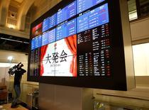La Bourse de Tokyo a fini en baisse vendredi, pénalisée par le renchérissement du yen face au dollar qui pèse sur les valeurs exportatrices nippones. /Photo prise le 4 janvier 2017/REUTERS/Kim Kyung-Hoon