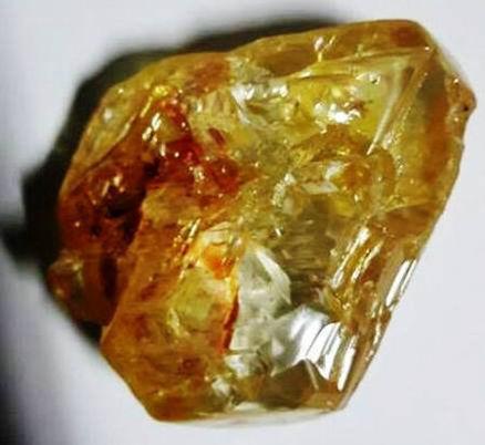 3月16日、シエラレオネ東部のダイヤモンド産地コノで、キリスト教の牧師が世界有数の大きさとなる706カラットのダイヤ原石を採掘した。提供写真(2017年 ロイター/Sierra Leone State House)
