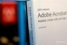 Коробка с продуктом Adobe Systems Inc в Лос-Анджелесе 13 марта 2017 года. Компания Adobe Systems Inc, специализирующаяся на разработке программного обеспечения, отчиталась о превысивших ожидания квартальных выручке и прибыли благодаря продолжившемуся росту спроса на облачный сервис Creative Cloud, включающий программы Photoshop, Illustrator и InDesign. REUTERS/Lucy Nicholson