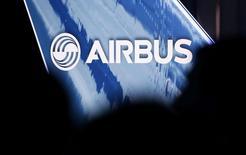 Airbus, qui est à suivre à la Bourse de Paris, a indiqué jeudi soir avoir été informé de l'ouverture d'une enquête préliminaire par le Parquet national financier (PNF) en lien avec l'enquête ouverte l'an dernier par le Serious Fraud Office (SFO) en Grande-Bretagne sur des soupçons de corruption. /Photo prise le 11 janvier 2017/REUTERS/Régis Duvignau