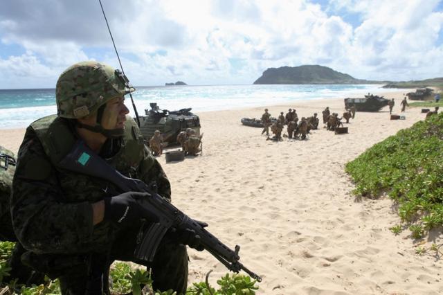 3月17日、自衛隊がフランス軍、米軍、英軍と5月中旬、北マリアナ諸島の米領テニアン島で共同訓練を行うことがわかった。写真はハワイで行われた環太平洋合同軍事演習(リムパック)に参加した海上自衛隊の隊員。昨年7月撮影(2017年 ロイター/Hugh Gentry)