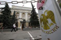 Здание ЦБР в Москве. Укрепление рубля в февральский налоговый период иногда было избыточным, признал Центробанк РФ в своём комментарии по ликвидности, но в целом за месяц курс был вблизи равновесия.  REUTERS/Maxim Zmeyev