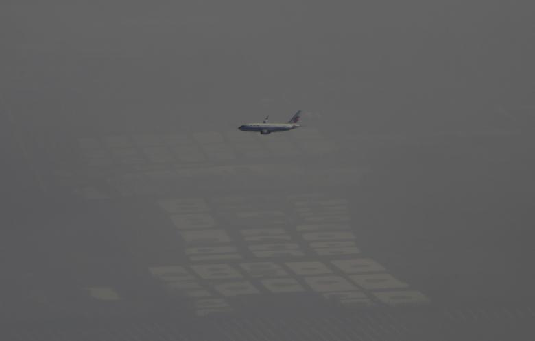 FILE PHOTO: An Air China passenger aircraft flies amid heavy smog over the suburb of Beijing, China, January 2, 2017. REUTERS/Jason Lee/File Photo