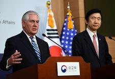 """En la imagen, el secretario de Estado de Estados Unidos Rex Tillerson (I) habla en una rueda de prensa con el ministro de Asuntos Exteriores de Corea del Sur Yun Byung-Se en Seúl, Corea del Sur, el 17 de marzo de 2017. El secretario de Estado de Estados Unidos, Rex Tillerson, instó el viernes de manera enérgica a Corea del Norte a abandonar su programa nuclear y de misiles, y dijo que la """"paciencia estratégica"""" con el país se ha terminado. REUTERS/JUNG Yeon-Je/Pool"""