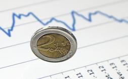 L'euro s'est orienté à la baisse face au dollar vendredi après la publication d'un sondage montrant une progression des intentions de vote en faveur de Marine Le Pen. /Photo d'archives/REUTERS/Regis Duvignau