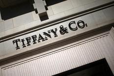 Tiffany a publié vendredi un bénéfice au quatrième trimestre meilleur que prévu, soutenu par une forte demande au Japon et en Chine, par une hausse des prix et par une baisse des coûts. /Photo prise le 13 mars 2017/REUTERS/Lucy Nicholson