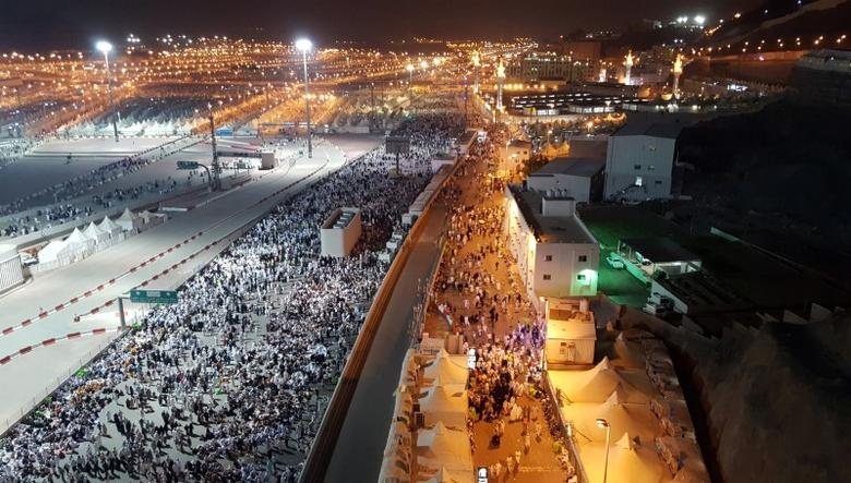 Muslim pilgrims walk on roads as they head to cast stones at pillars symbolizing Satan during the annual haj pilgrimage in Mina on the second day of Eid al-Adha, near the holy city of Mecca September 13, 2016. REUTERS/Ahmed Jadallah