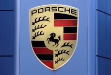 L'ex-président du conseil de surveillance de Volkswagen Ferdinand Piëch discute de la vente de sa participation dans Porsche SE, une opération susceptible de modifier la structure de la holding qui contrôle le plus grand constructeur automobile européen. Porsche SE est entièrement contrôlée par les familles Porsche et Piëch. /Photo d'archives/REUTERS/Ruben Sprich
