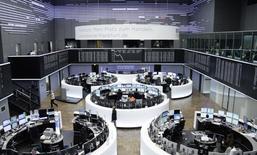 Les Bourses européennes ont terminé vendredi très légèrement dans le vert. À Paris, l'indice CAC 40 a pris 15,86 points (0,32%) à 5.029.24 points après avoir touché en séance un plus haut de l'année à 5.037,85. À Francfort, le Dax a pris 0,1% tandis qu'à Londres, le FTSE gagnait 0,12%. /Photo d'archives/REUTERS