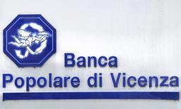 Banca Popolare di Vicenza et Veneto Banca ont dit vendredi avoir informé les autorités qu'elle avaient l'intention de solliciter une aide de l'Etat italien pour combler un trou dans leur bilan. Les deux banques italiennes précisent avoir dit au ministère de l'Economie, à la Banque d'Italie et à la Banque centrale européenne (BCE) qu'elles voulaient demander à Rome une recapitalisation préventive. /Photo d'archives/REUTERS/Stefano Rellandini