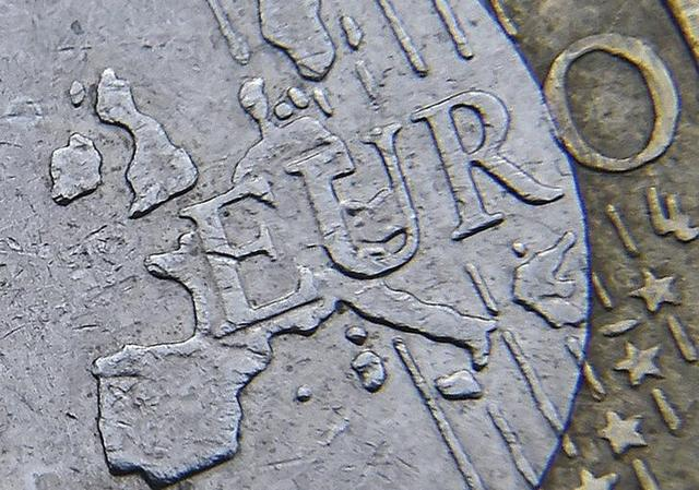 3月15日、ゼロ金利、政治的リスク、不確実な将来──。これだけ圏内に悪材料が揃っている割に、欧州単一通貨ユーロは相当に持ちこたえている。恐らく、近隣諸国から少なからぬ手助けがあるおかげだ。写真は2016年1月、ロンドンで撮影したユーロ貨幣(2017年 ロイター/Toby Melville)