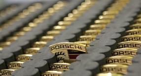 Porsche va investir des centaines de millions d'euros dans des services numériques afin de générer les revenus nécessaires pour compenser une baisse anticipée des ventes de voitures au cours des années à venir. /Photo d'archives/REUTERS/Michaela Rehle