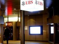 Les juges d'instruction chargés de l'enquête ouverte contre UBS pour démarchage illicite et blanchiment aggravé de fraude fiscale devraient rendre une ordonnance de renvoi de la banque suisse en correctionnelle dans les jours à venir. /Photo prise le 27 janvier 2017/REUTERS/Arnd Wiegmann