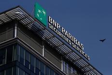 """BNP Paribas a annoncé lundi dans la présentation de son plan stratégique à horizon 2020 que les effectifs de la banque de détail en France seraient réduits à travers """"les départs naturels"""". /Photo prise le 13 février 2017/REUTERS/Kacper Pempel"""