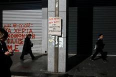 Trabajadores de Hacienda griegos llevaron el lunes su protesta contra la austeridad al corazón del Gobierno, mientras Atenas espera saber si sus planes de reforma son suficientes para satisfacer a los ministros de Finanzas de la zona euro que se reúnen en Bruselas. Imagen de una pancarta a la entrada del ministerio griego de Finanzas durante la protesta en Atenas, Grecia, el 20 de marzo de 2017. REUTERS/Alkis Konstantinidis -