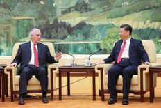El gobierno de China ha estado buscando consejo de sus 'think-tanks' y asesores políticos sobre cómo contrarrestar posibles sanciones comerciales por parte del presidente de Estados Unidos, Donald Trump, preparándose para lo peor, incluso mientras esperan negociaciones comerciales. En la imagen, el presidente chino Xi Jinping (D) y el secretario de Estado de EEUU Rex Tillerson ante de una reunión en Pekín, China, el 19 de marzo de 2017.  REUTERS/Lintao Zhang/Pool
