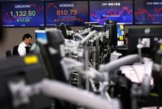 Валютные дилеры в банке в Сеуле. 16 марта 2017 года. Мировые акции осторожно начали неделю после решения G20 отказаться от обещания избегать торгового протекционизма, в то время как консервативный прогноз Федрезерва о ставках продолжил оказывать понижательное давление на доллар. REUTERS/Kim Kyung-Hoon
