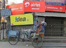 Le groupe britannique Vodafone Group et l'indien Idea Cellular ont annoncé lundi un accord de fusion en Inde évalué à 23 milliards de dollars (21,39 milliards d'euros) afin de donner naissance au premier opérateur télécoms du pays et de mieux faire face à la guerre des prix déclenchée par un nouveau concurrent. /Photo d'archives/REUTERS/Rupak De Chowdhuri
